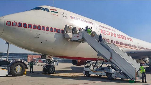 ३२४ भारतीयांना विशेष विमानानं भारतात आणले