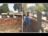 गुजरातः ट्रम्प यांना झोपड्या दिसू नयेत म्हणूज रस्त्याच्या कडेला भिंत उभारणी सुरु (ANI)