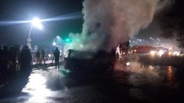 आग्रा एक्स्प्रेस वेवर ट्रक-व्हॅनमध्ये भीषण अपघात, ७ जण जिवंत जळाले