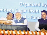 शरद पवार, पंतप्रधान नरेंद्र मोदी आणि देवेंद्र फडणवीस (HTphoto)