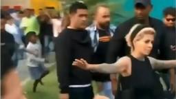 VIDEO: गर्दीतून धोनीला बाहेर काढण्यासाठी हेअरस्टायलिस्ट झाली बॉडीगार्ड