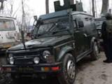 काश्मीरमध्ये सुरक्षादलाचे जवान तपास करताना.
