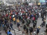 सीएएविरोधातील आंदोलनात दगडफेक (Photo by Sonu Mehta)