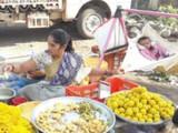 सोलापूर जिल्ह्यातील पापरीच्या बाजारात लेकराला झुला देत काम करणारी आई