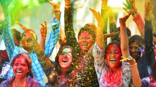 दिल्लीतील दिनदयाळ उपाध्याय शैक्षणिक संस्थेत विद्यार्थ्यांनी विविध रंगांची उधळण करत होळी साजरी केली.