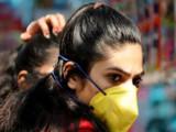 कोरोना विषाणूचा फैलाव वाढत असल्यामुळे लोक मास्क लावून काळजी घेत आहेत. (संग्रहित छायाचित्र)