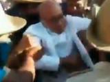 दिग्विजय सिंह यांना पोलिस ताब्यात घेताना.