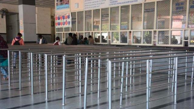 रेल्वेची तिकीटे काढण्याच्या ठिकाणीही गर्दी दिसत नाही.