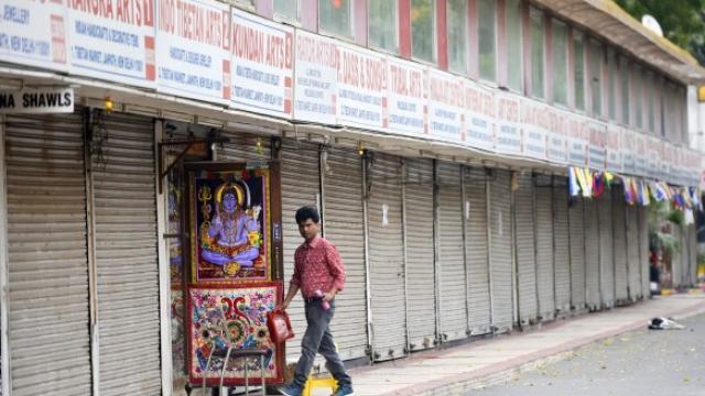कोरोना विषाणूमुळे दिल्लीत जनपथ मार्केटमध्ये शनिवारी शुकशुकाट होता. (फोटो - विपीन कुमार)