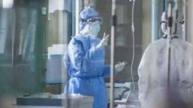 कोरोना विषाणूचा संसर्ग झालेल्या रुग्णांवर उपचार करणारे डॉक्टर