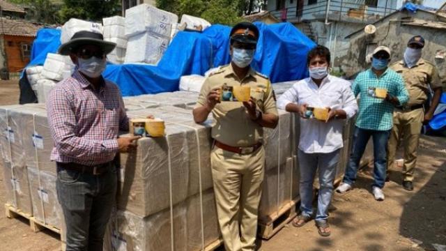 मुंबईत सलग दुसऱ्या दिवशी पोलिसांनी धाड टाकून सुमारे एक कोटी किंमतीचे ४ लाख मास्क जप्त केले (छायाचित्