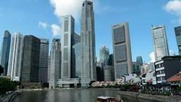 सिंगापूरमध्ये लोकसंख्येची घनता जास्त आहे. त्यामुळे दोन व्यक्तींमध्ये अंतर ठेवणे कोरोनाविरोधातील लढाई