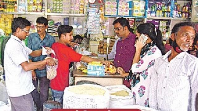 दुकानात सामान खरेदी करताना नागरिक
