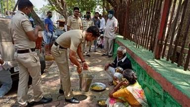 वाशीमध्ये पोलिसांकडून रस्त्यावर राहणाऱ्या गरिबांना शनिवारी जेवण देण्यात आले. (फोटो - बच्चन कुमार, हि