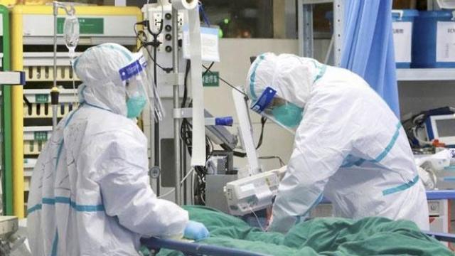 कोरोनाबाधित रुग्णावर उपचार करत असताना डॉक्टर (संग्रहित छायाचित्र)