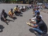 रोजंदारीवर काम करणाऱ्यांना दिल्लीत आर्य समाज मंदिर परिसरात रोज जेवण दिले जात आहे. (फोटो - विप्लव भुय