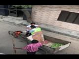 पंजाबमधील नाभा येथे लोकांचा कचरा गोळा करायला गेलेल्या सफाई कर्मचाऱ्यावर नागरिकांना पुष्प वर्षाव केला