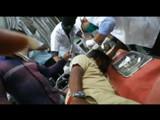 जखमी झालेल्या पालिका कर्मचाऱ्यावर उपचार करताना डॉक्टर
