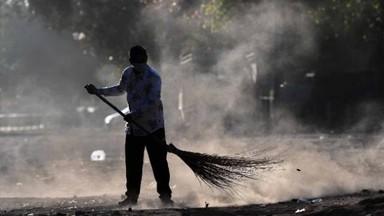 दिल्लीत लॉकडाऊनच्या अकराव्या दिवसी रस्त्यावर सुरू असलेले सफाईचे काम. (फोटो - विप्लव भुयान)