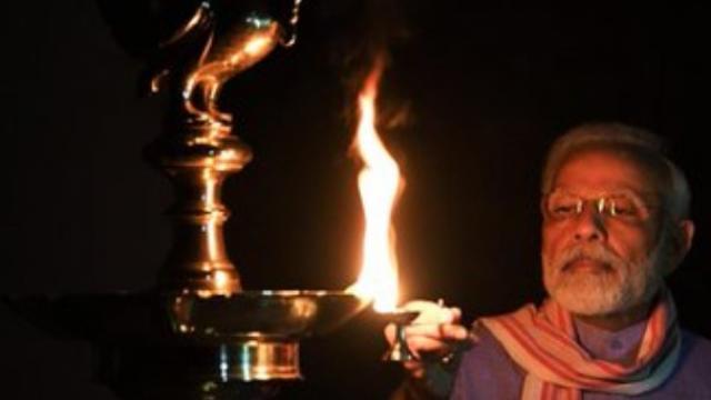 पंतप्रधान नरेंद्र मोदी यांनी आपल्या निवासस्थानी दीप प्रज्वलन केले.