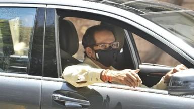 कोरोना संसर्गाच्या पार्श्वभूमीवर मुख्यमंत्री उद्धव ठाकरे स्वतः आपली गाडी चालवत मंत्रिमंडळाच्या बैठकी