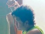 सचिन तेंडुलकर घरामध्ये आरशात बघत स्वतःच आपले केस कापत असल्याचा हा फोटो आहे.