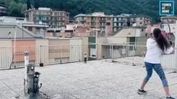 लॉकडाउनच्या काळात इटलीत टेरिसवर टेनिस खेळणाऱ्या तरुणींचा व्हिडिओ चांगलाच व्हायरल होताना दिसतोय.