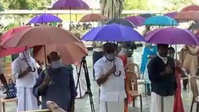 सोशल डिस्टन्सिंगसाठी छत्रीचा वापर